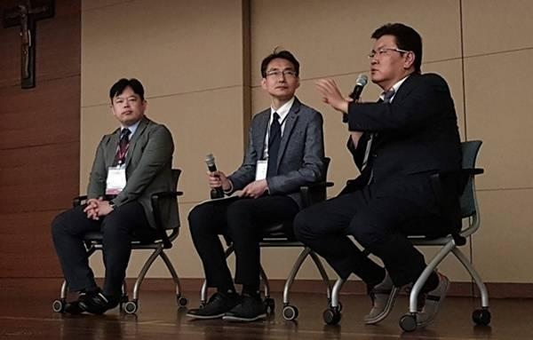 강연을 마친 연자들이 참가자들의 질문에 답하고 있다. 왼쪽부터 홍종락 교수, 박휘웅 원장, 감남윤 원장.